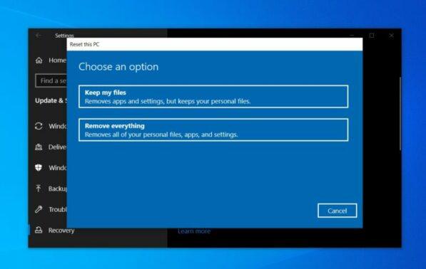 Ada 2 opsi yang harus Anda pilih. Pertama adalah Remove Everything dimana artinya Anda menghapus semua file dan Keep My Files