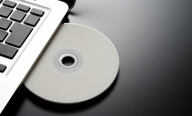 Masukkan disk yang berisi instalasi Windows 7 atau Vista
