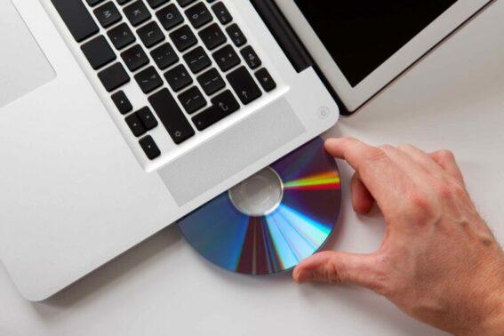 Sekarang nyalakan laptop Anda dan langsung masukkan CD tersebut
